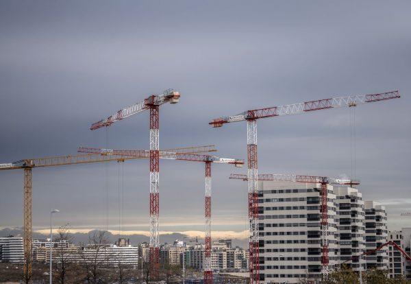DVD 1032 (16-12-20) Construccion de edificios residenciales nuevos en Valdebebas, Madrid. Obras, gruas, obreros, trabajadores.  Foto: Olmo Calvo